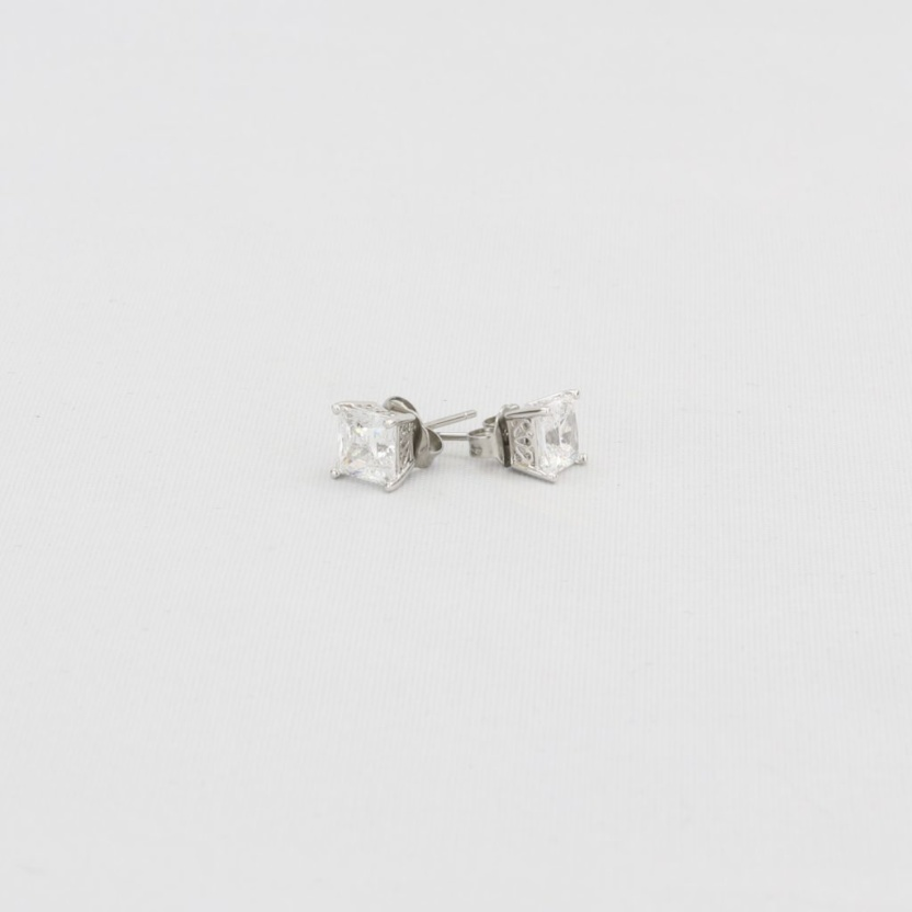 Simulated diamond (Cubic Zirconia Diamond-quality Grade 5 ) stud earring (6mm)