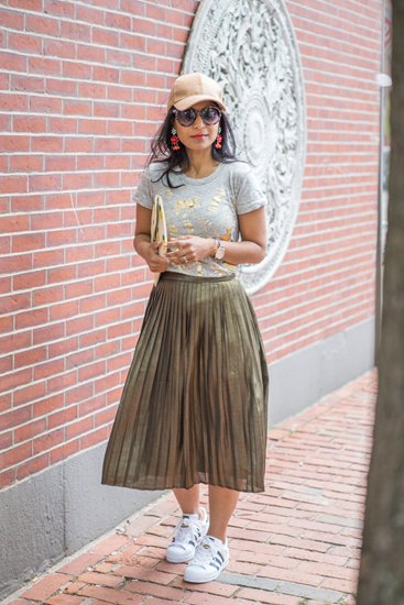 Pleated skirt with printed jersey top and sneakers